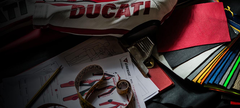 """Entwerfen Sie Ihre ganz persönliche Kombi und erleben Sie """"maßgeschneiderte"""" Emotionen. Besuchen Sie Ducati SuMisura und entdecken Sie, wie Sie Ihre Funktionskleidung individuell gestalten und sich Komfort sowie einzigartigen Stil sichern können."""