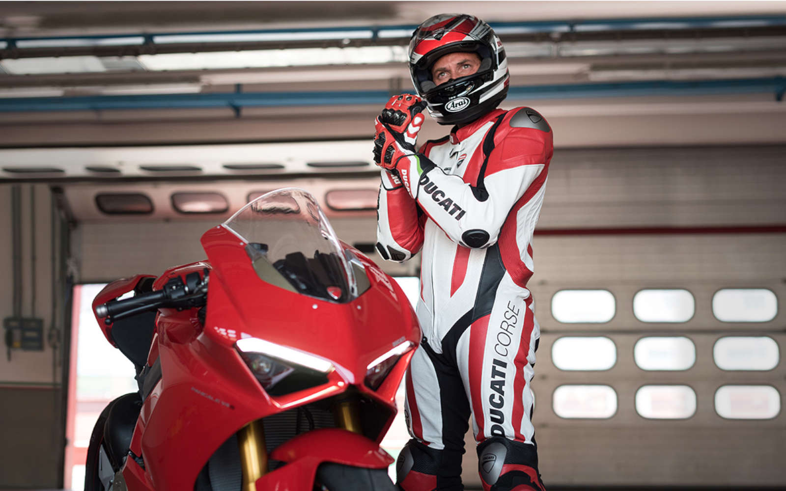 Bei der Ducati Sommer Aktion schenken wir Ihnen vom 01.06.2019 bis 31.08.2019 Extra-Bekleidung oder Zubehör je nach Modell.